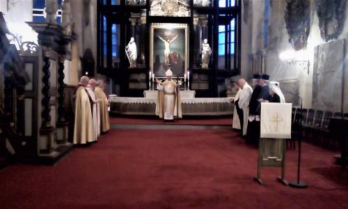EELK peapiiskop Urmas Viilma õnnistamas vaimulikke