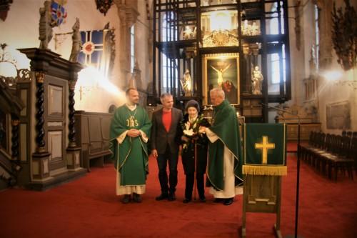 Toomkiriku altari ees seisab vastne kultuuripreemia laureaat helilooja Ester Mägi koos peapiiskop emeeritus Andres Põderi, toomkoguduse juhatuse esimehe Indrek Treufeldti ja koguduse õpetaja Arho Tuhkruga
