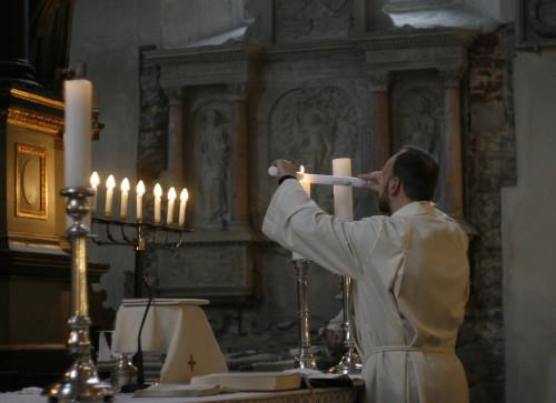 Leerilapsed saavad kingiks küünlad, mille valguse saab altari küülast